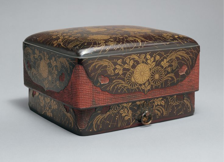 Accessories box with red corners (sumiaka tebako, 角赤手箱) with chrysanthemums and autumn grasses