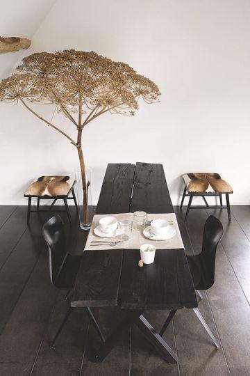 Une table à manger originale noire pour la salle à manger. Plus de photos sur ...