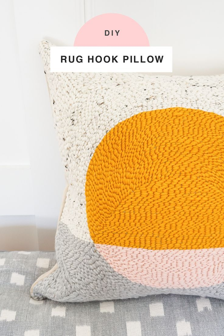 This DIY rug hook pillow tutorial is a fun twist on making a pillow cover using ...