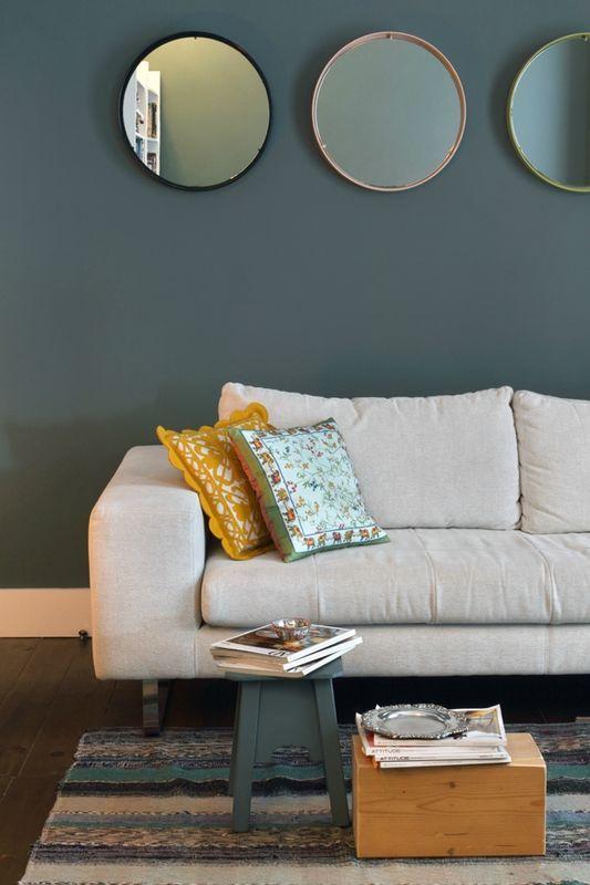 Mirrors – Home Decor : mur bleu gris mettant en valeur le canapé ...