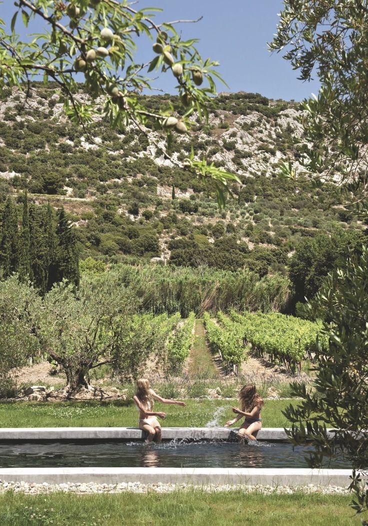 Esta casa de fazenda cercada por videiras e oliveiras fica na região da Pro...