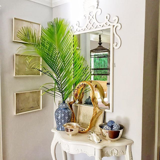 Gorgeous entryway! Just look at that ginger jar arrangement!