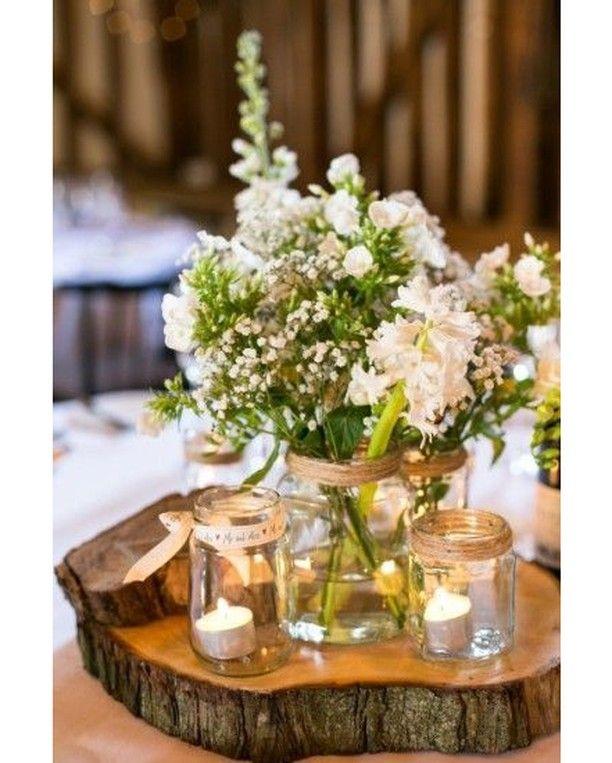 Centro de mesa floral con tarros de cristal velas y un tronco como base Ideal!#i...
