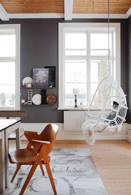 Grey walls, balançoire, wood ceiling
