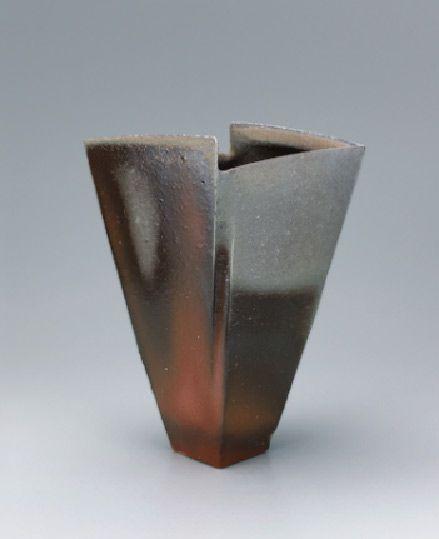 Bizen highlights flower vessel with wide mouth.– Ryuichi Kakurezaki