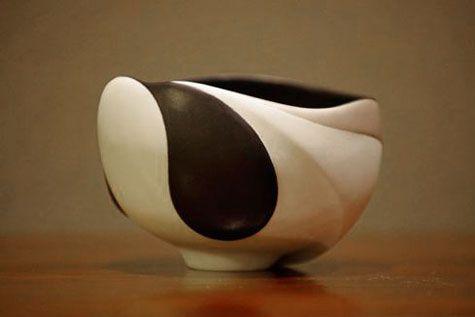 Footed black and white bowl – Yuri Takemura