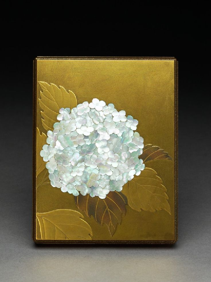 1900 Japanese Lacquered Box with a hydrangea flower made with pearl shell. ( woo...